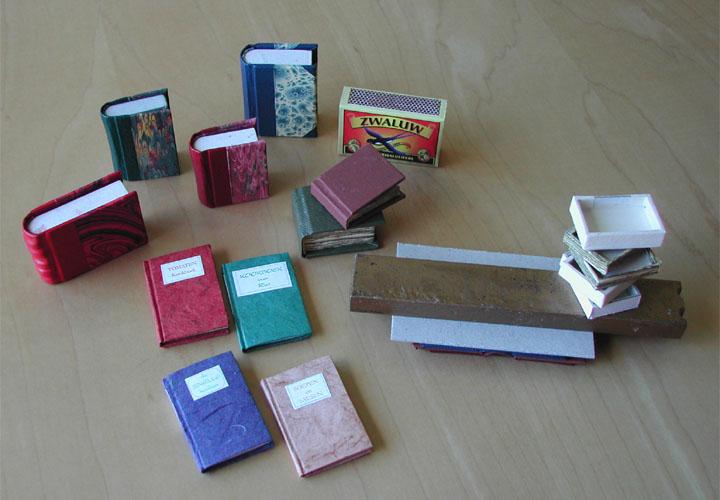 Collectie miniboekjes boekbindatelier 39 t stijfselpotje - Ontwikkel een kleine huisinvoer ...